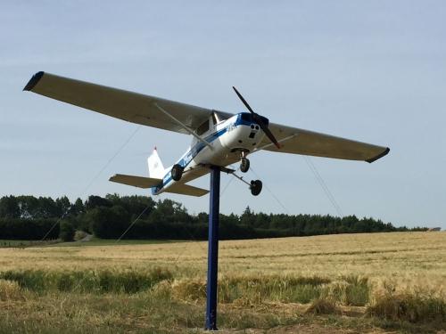 totem , avion , cessna,panneau indicateur,airpark,village aéronautique,aero delahaye verchocq,aerodrome privé